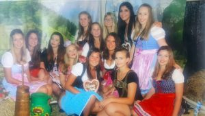 Fesche Mädels! Trotz der Niederlage feierte die Urbarer Frauenmannschaft ausgelassen auf den 2. Urbarer Klosterwies'n.